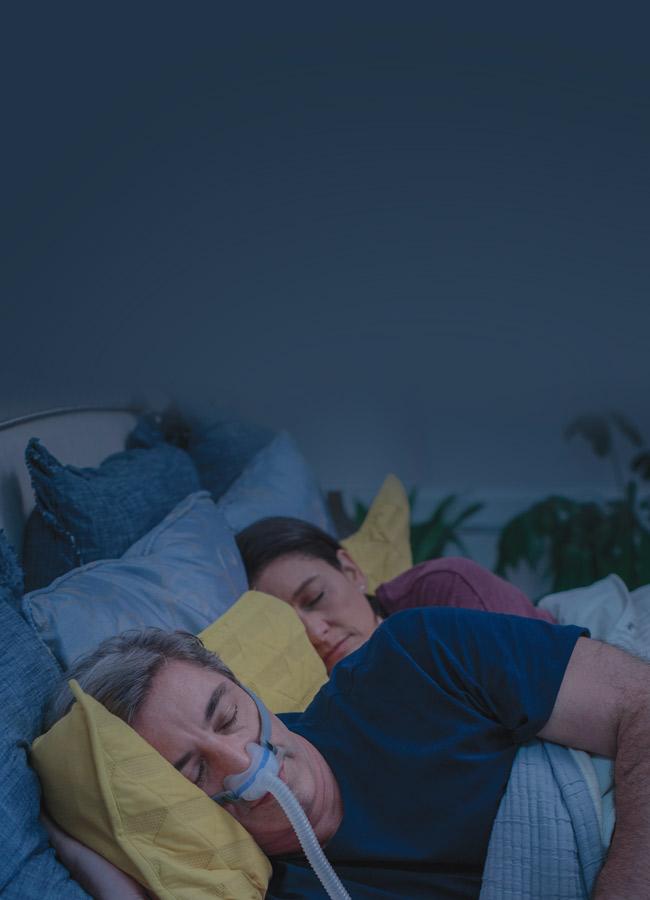 mann-sleeping-med-under-the-nese-AirFit-N30-CPAP-maske-mobile